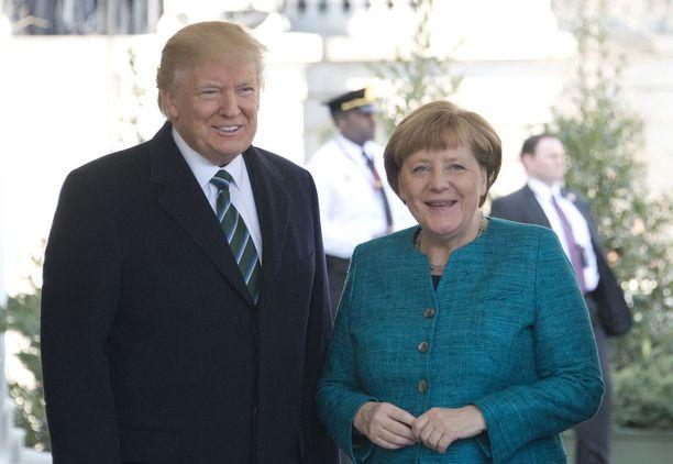 Ensimmäisissä yhteiskuvissa Valkoisen talon edustalla kaksikko hymyili vielä leveästi.