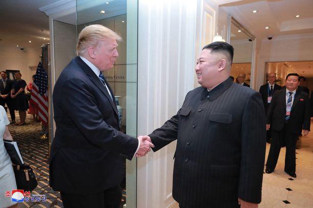Presidentti Trump vähätteli Pohjois-Korean ohjuskokeita. Kuvassa Trump ja Pohjois-Korean Kim Jong-un Vietnamissa viime helmikuussa.