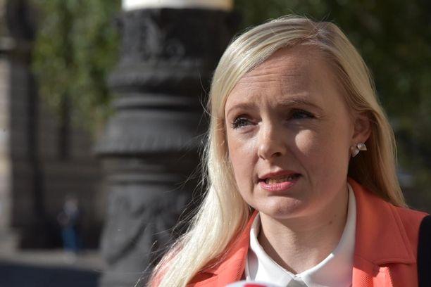 Sisäministeri Maria Ohisalo kertoi Suomen pitäytyvän kahdeksan tautitapauksen raja-arvossa.