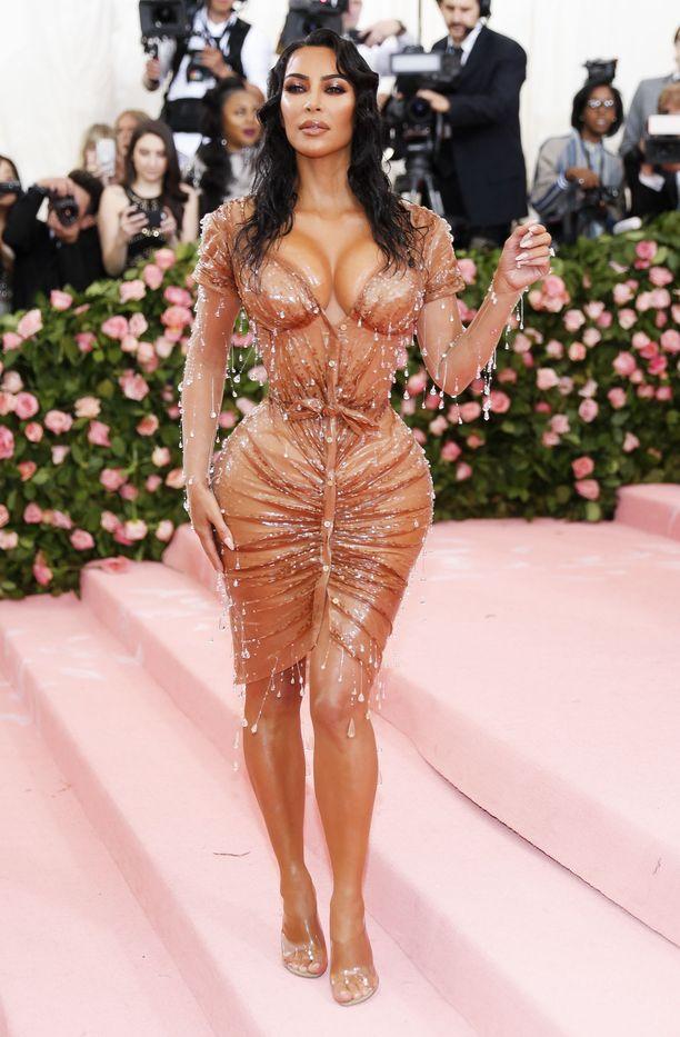 Kim Kardashian nähtiin maanantaina Met-gaalassa.