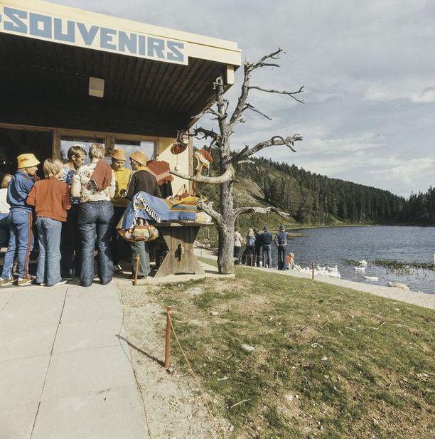 Matkamuistokioski tarjonta kiinnosti turisteja kesällä 1977.