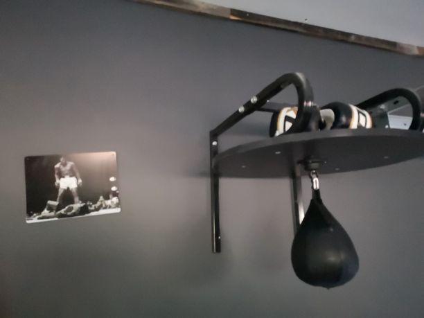 Tilassa pääsee purkamaan energioita nyrkkeilysäkkeihin. Niiden avulla Janne herättelee lapsuutensa lempiharrastusta eloon.