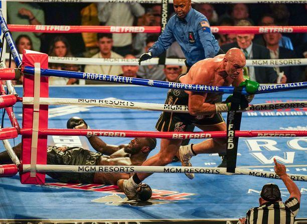 Tyson Fury iski Wilderin kanveesiin ensimmäisen kerran kolmannessa erässä.