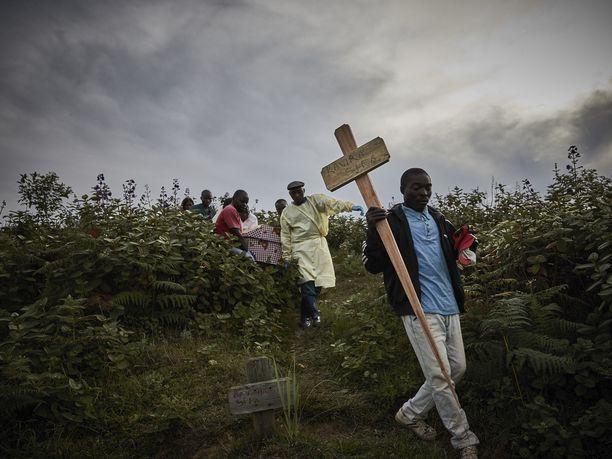 Ihmiset ottivat toukokuussa osaa neljän Ebolaan kuolleen yhteishautajaisiin Butembossa.