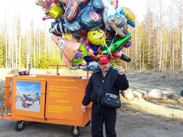 Jukka Rantanen lähdössä myymään vappupalloja poikkeusvappuna.