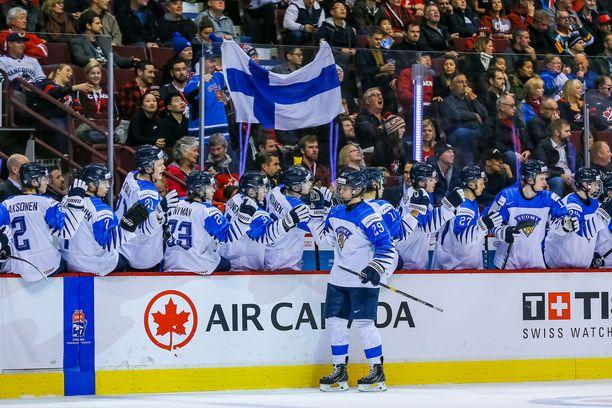 Suomen alle 20-vuotiaat voittivat Sveitsin maalein 6-1 Vancouverissa pelatussa MM-välierässä.