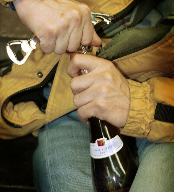 Mies joi mieluummin viininsä kuin luopui siitä. (Kuvituskuva)