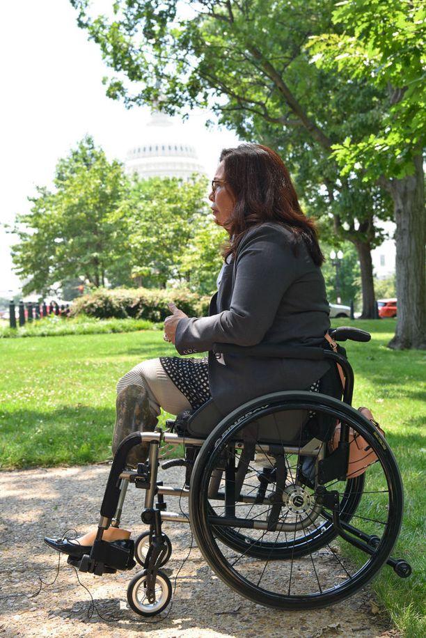 Senaattori Tammy Duckworth toimi Irakin sodassa helikopterilentäjänä ja menetti molemmat jalkansa.