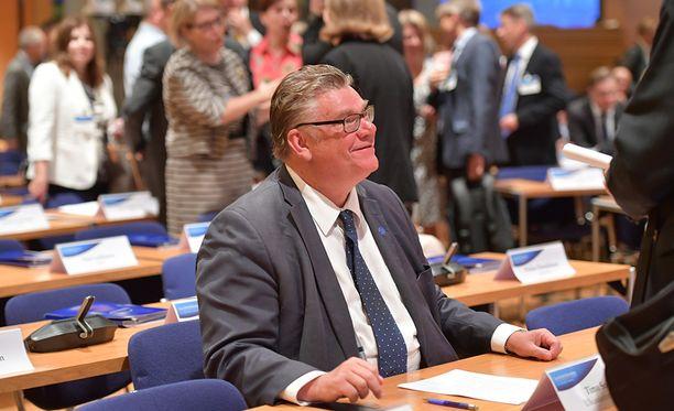 Uusi vaihtoehto -eduskuntaryhmän kesäkokous Espoon valtuustotalossa. Ulkoministeri Timo Soini.
