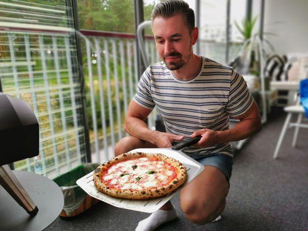Ontrosen kaasukäyttöinen pizzauuni lämpiää jopa 400 asteeseen.