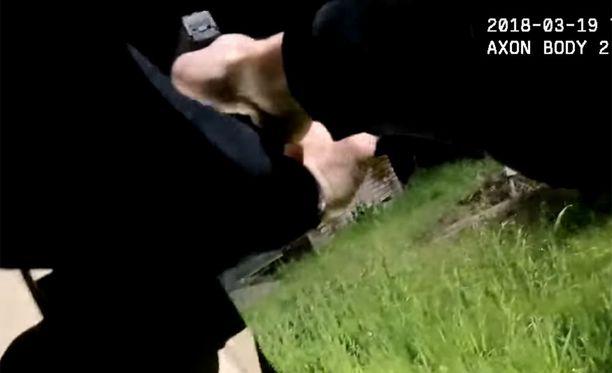 Poliisit ampuivat Clarkia talon nurkalta.