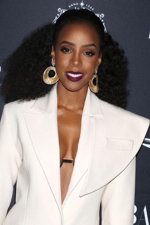 Laulaja Kelly Rowlandin silikonirinnat ovat maltillisen kokoiset.
