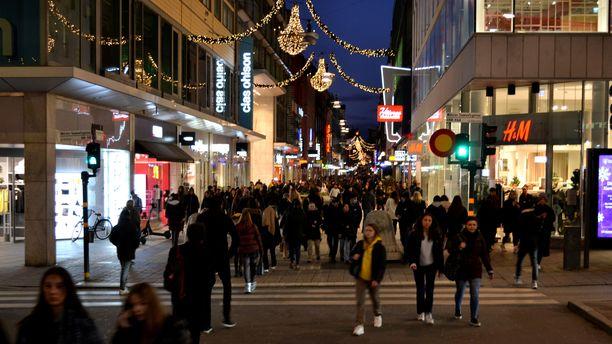 Suomalaisillekin turisteille tutulla Drottninggatanilla riitti väkeä matkalla ostoksille.