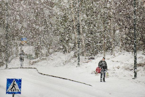 Pääsiäisviikonlopun sää näyttää pahimmassa tapauksessa paikoin maata tältä.