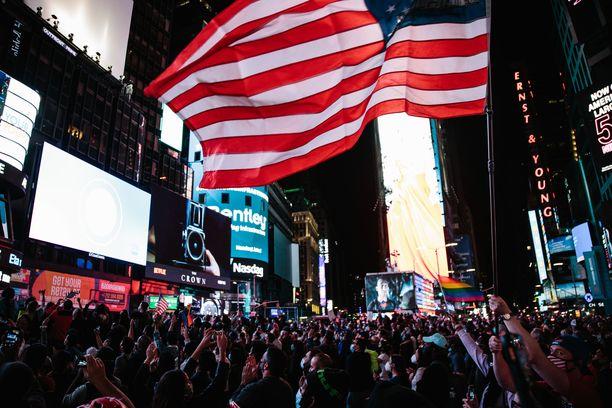 Ihmiset kerääntyivät kuuntelemaan Joe Bidenin voittopuhetta New Yorkin Times Squarelle. Biden piti puheen  Wilmingtonissa.