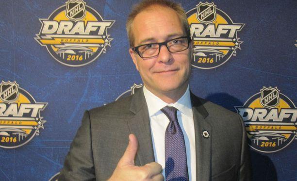 Winnipeg Jetsin päävalmentaja Paul Maurice lähettää suomalaisille jääkiekon ystäville peukkuterveisensä.
