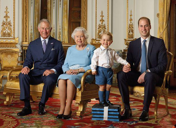 Neljä sukupolvea: prinssi Charles, kuningatar Elisabet, pikkuprinssi George sekä prinssi William.