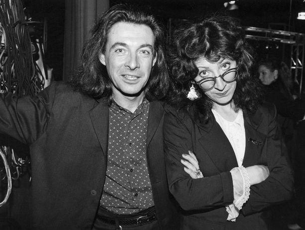 Sakari Timosen ja Kirkan yhteistyö kesti 10 vuotta. Sinä aikana Kirka myi yhteensä 700 000 albumia ja esiintymiskeikkoja oli noin 2000. Kuvassa Kirka ja hänen siskonsa Muska Babitzin.