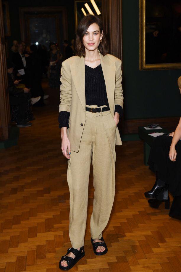 Alexa Chung yhdisti H&M Studio -malliston pellavapuvun Chanelin sandaaleihin