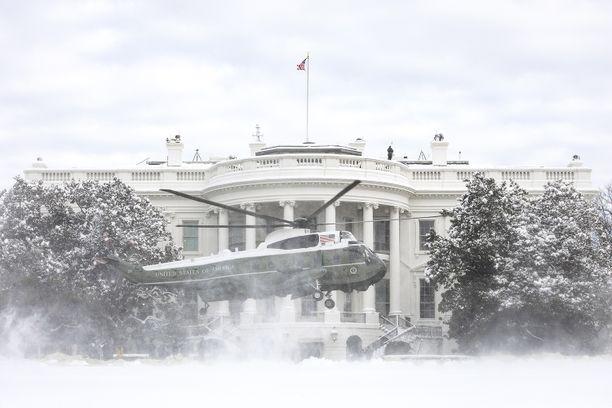 Myös Valkoinen talo on saanut nimensä mukaisen talvisen peitteen ylleen.