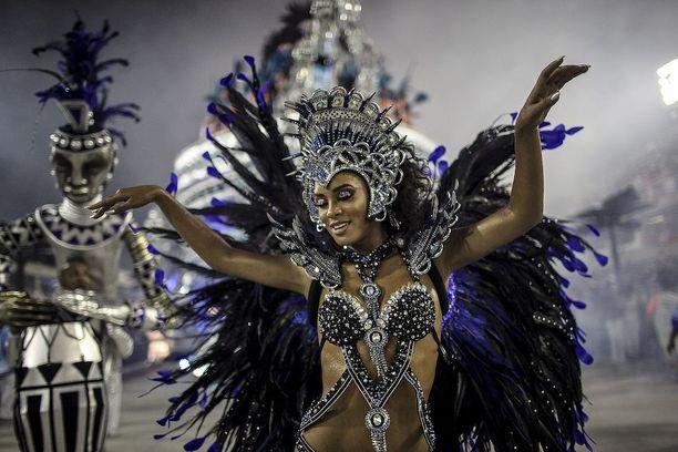Unidos de Vila Isabe -sambakoulun edustajan taidonnäyte.