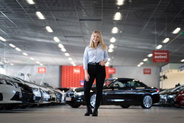 Rinta-Joupin Autoliikkeessä myyntisihteerin tärkein tehtävä on helpottaa myyjän työtä, jolloin myyjälle jää enemmän aikaa keskittyä oikeanlaisen auton löytämiseen asiakkaalle.