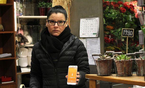 Kukkakauppias Saara Kärkkäinen kertoi Iltalehdelle palelevansa työpaikallaan Helsingin rautatieasemalla pakkassäällä.
