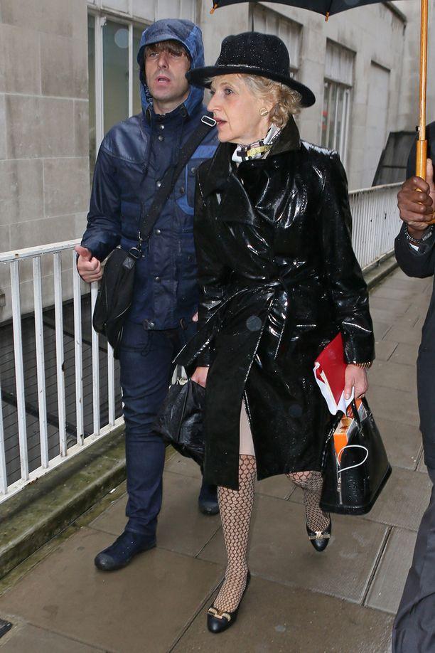 Liam Gallagher saapui oikeuteen palkkaamansa huippuasianajaja Baroness Shackletonin kanssa.