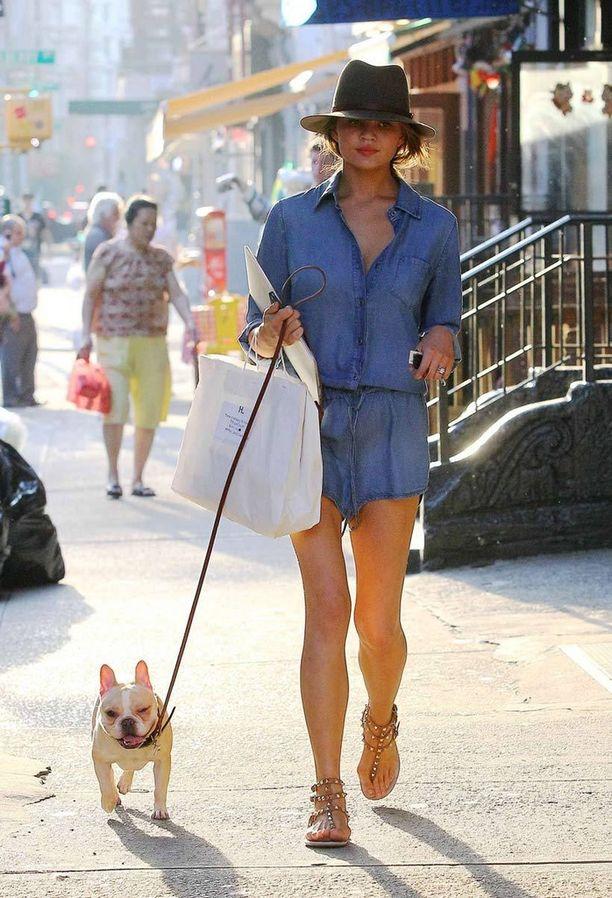 Huippumalli Chrissy Teigenin tyylinäyte koiran ulkoilutukselta. Ihastuttava kaveri hihnan päässä on Pippa.