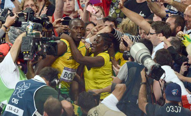 Usain Bolt sai äidiltään kultahalauksen Lontoossa 2012.