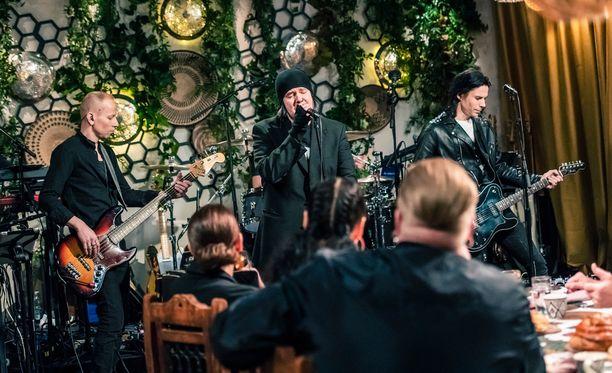 Aki Tykin bändi Happoradio lensi yllätyksenä Espanjaan Kasmirin päivää varten.