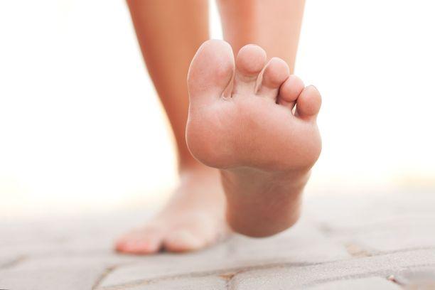 Talvella jalat pysyvät sukissa piilossa, mutta niiden hyvinvoinnista huolehtimista ei kannata jättää kesään.