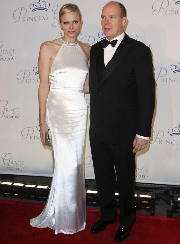 Ruhtinas Albert edusti äitinsä kunniaksi järjestetyssä gaalassa yhdessä Charlene-vaimonsa kanssa.