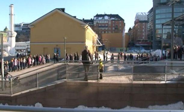 Lähes 2000 fanin jono odotti sisäänpääsyä Robinin levynjulkkarikeikalle.