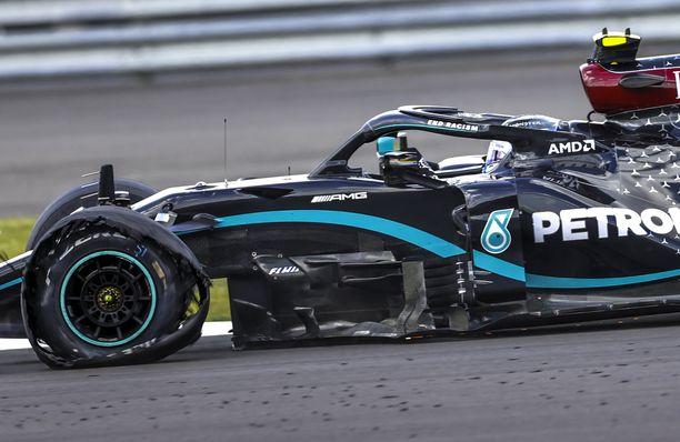 Lewis Hamiltonin eturengas tyhjeni, mutta ei repeytynyt kokonaan irti.