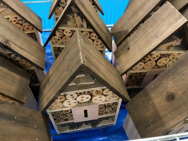 Hyönteishotelliin laitetaan sisälle piilopaikkoja ja luonnon antimia, kuten heinää ja sammalta. Ne houkuttavat hyönteisiä.