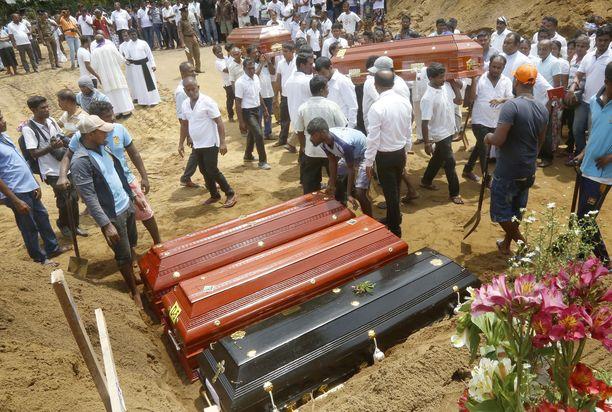 Ensimmäiset terrori-iskujen uhrit haudattiin tiistaina Colombossa.