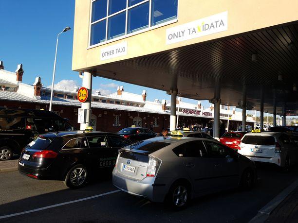 Taxidatan autoille on merkitty oma kaista Viking Linen terminaalin edustalle Turun satamassa.