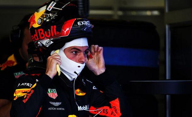 Max Verstappenia koetellaan heti Ison-Britannian GP-viikonlopun alkajaisiksi.