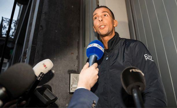 Mohamed Abdeslami puhui medialle kotinsa edessä Brysselin Molenbeekissa maanantaina 16. marraskuuta. Miestä pidettiin arestissa Pariisin terrori-iskujen jälkeen viikonlopun ajan.