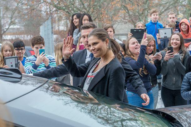 Victoria tapasi maanantaina ruotsalaiskoululaisia.