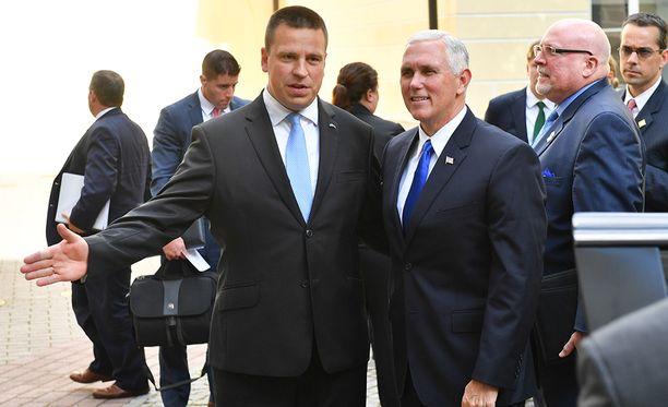 Viron pääministeri Jüri Ratas toivottavasti USA:n varapresidentin Mike Pencen tervetulleeksi Viroon.