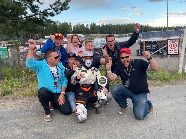 Juha Rytkönen poseerasi kilpailun jälkeen fanijoukkonsa kanssa.