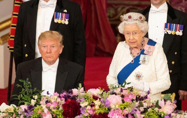 Maanantain illallisella kuningattarella oli päässään burmalainen rubiinitiara.