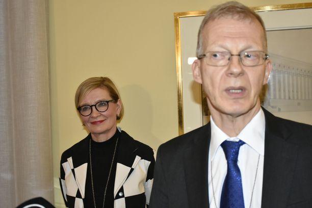 Eduskunnan puhemies Paula Risikko ja apulaispääsihteeri Timo Tuovinen kertoivat torstaina iltapäivällä, että tiedustelulakipaketti palautetaan perustuslakivaliokunnan käsiteltäväksi.