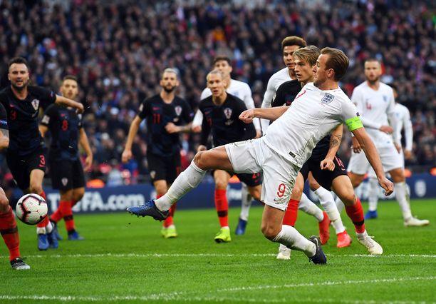 Englannin kapteeni Harry Kane alusti venytyksellään myös Jesse Lingardin tekemän 1-1-maalin.