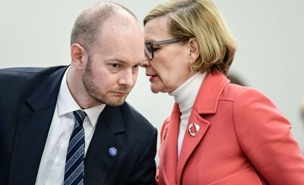 """Sisäministeri Paula Risikko sanoi Ylen Ykkösaamussa, että on """"valtavan tärkeää, että EU-maat ovat mukana auttamassa, kun ajatellaan, että Libyassa on liikkeessä jopa 300 000"""" henkilöä. Eurooppa-, kulttuuri- ja urheiluministeri Sampo Terho (s) on ollut haluton nostamaan Suomen pakolaiskiintiötä."""