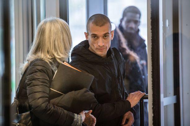 Venäläistaiteilija Piotr Pavlenski (oik.) pidätettiin Pariisissa lauantaina.