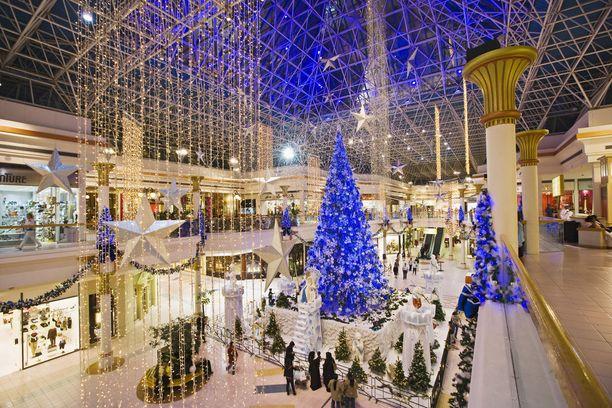Ostoskeskuksiin viritellään näyttävät joulukoristeet.