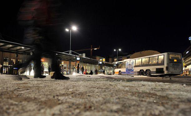 Kuvatekstiä täsmennetty 18.9 kello 14:15: Poliisi tutkii Helsingin Asema-aukiolla tapahtunutta pahoinpitelyä. Kuvassa Elielinaukio, jonka välittömässä läheisyydessä Asema-aukio sijaitsee.